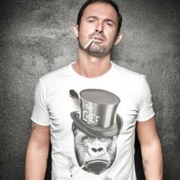 Gianluca Impastato indossa una t-shirt uomo Paul Cortese