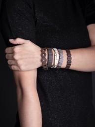 il braccio di una donna che indossa i bracciali in legno Wooden Jewels Paul Cortese