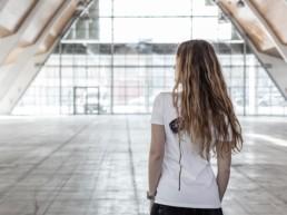 una donna di spalle che indossa una t-shirt Paul Cortese