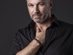 Un uomo indossa il bracciale in legno Wood Jewels Rialto Paul Cortese