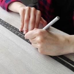 le mani di una donna che lavori i bracciali in legno Paul Cortese
