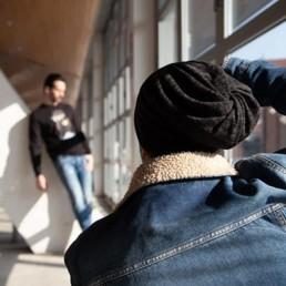 un fotografo sta fotografando un uomo che indossa una felpa uomo Paul Cortese