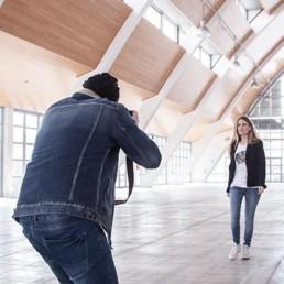 un fotografo sta fotografando una modella che indossa una t-shirt donna Paul Cortese