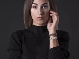 Una donna indossa i bracciali in legno Wood Jewerly
